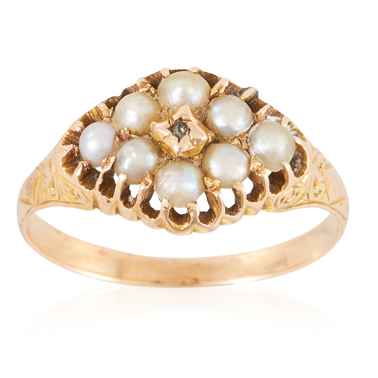 Los 20 - AN ANTIQUE PEARL AND DIAMOND RING in yellow gold, set with eight seed pearls and a rose cut diamond,
