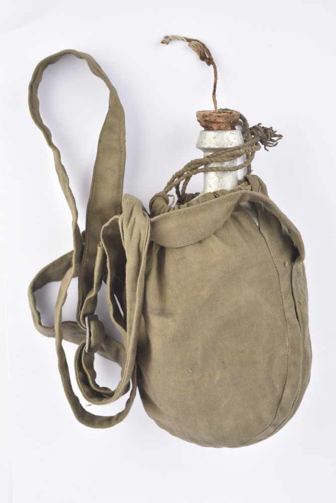 Bidon M.31 daté 1931 avec étui suspendu en toile khaki. Cette pièce provient de la collection