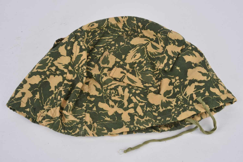 Lot de 2 couvre casque camouflé type petites feuilles non réglementaires. Cette pièce provient de la - Bild 3 aus 4