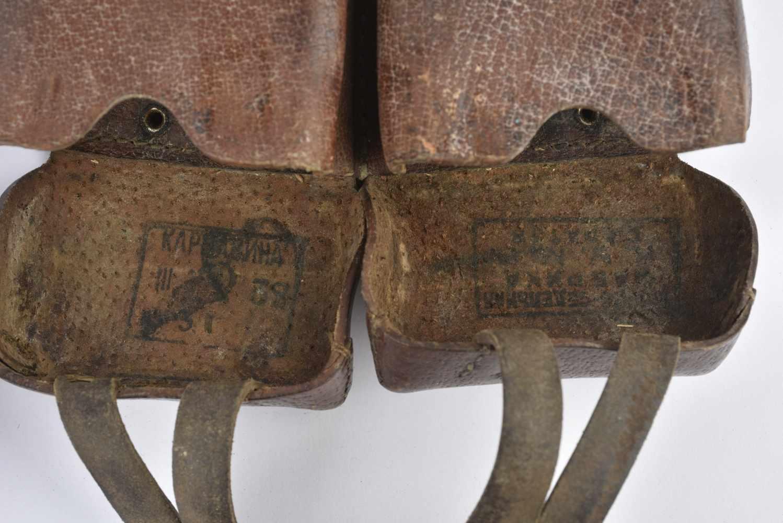 Paire de cartouchières pour fusil Mosin Cuir souple modèle cousu. Cartouchières datées 1938 et 39. - Bild 3 aus 4