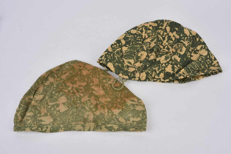 Lot de 2 couvre casque camouflé type petites feuilles non réglementaires. Cette pièce provient de la