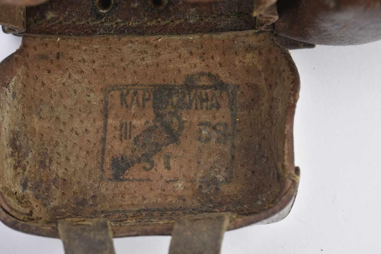 Paire de cartouchières pour fusil Mosin Cuir souple modèle cousu. Cartouchières datées 1938 et 39. - Bild 4 aus 4