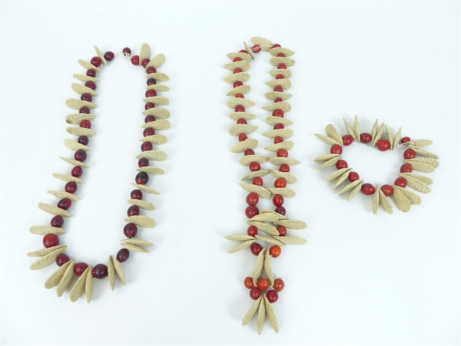 Lot 20 - A set of unusual jewellery formed of seeds