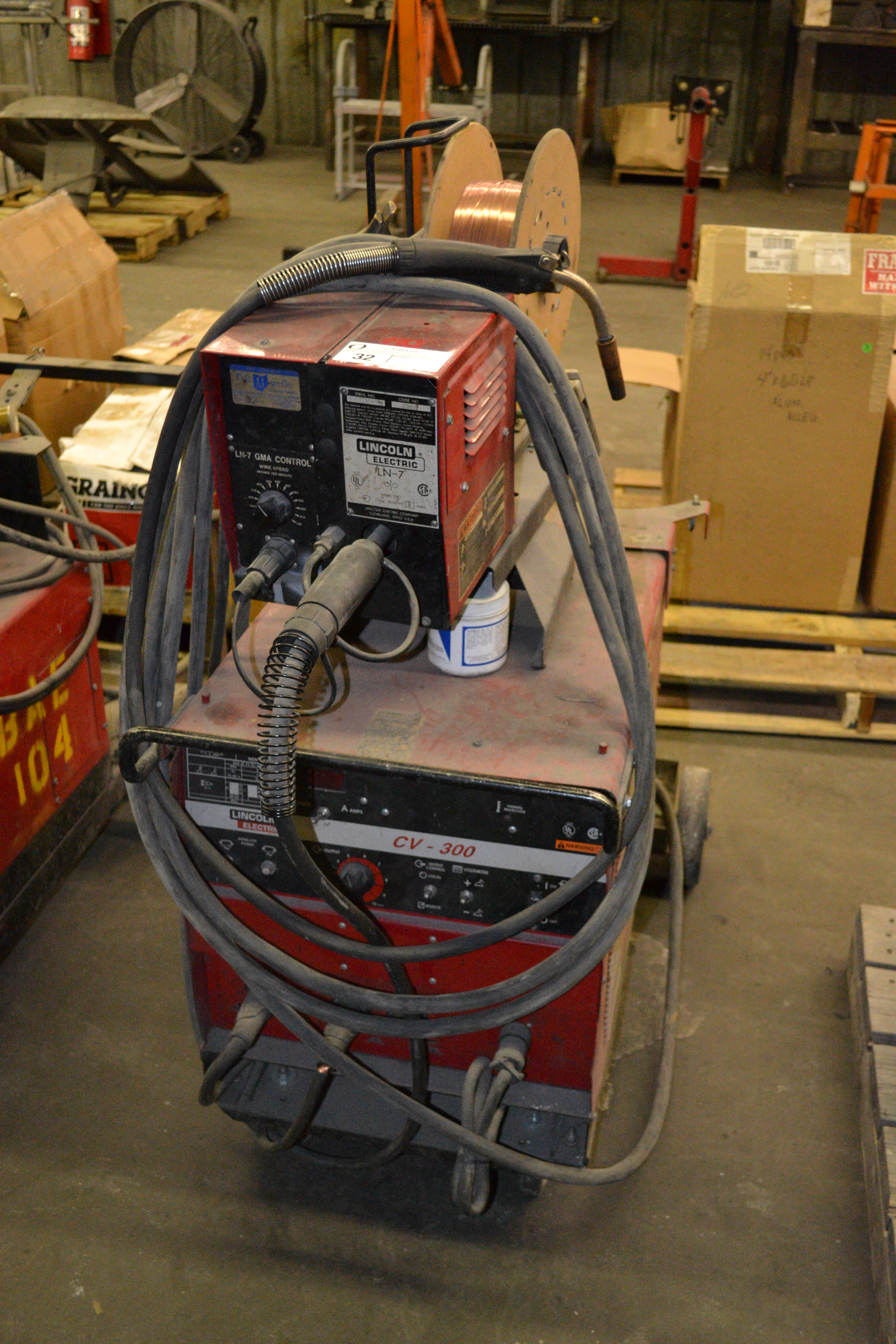 Lot 32 - Lincoln CV-300 welder, with Lincoln LN-7 wire feeder  SN: H1950908138