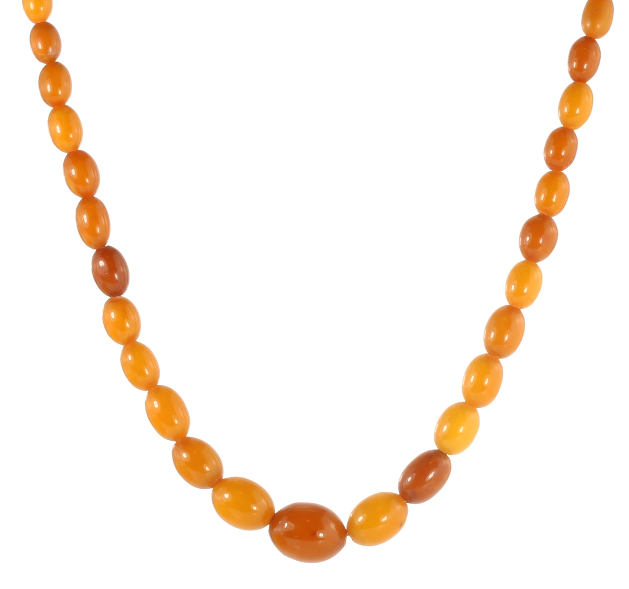 Los 5 - A NATURAL AMBER BEAD NECKLACE comprising a single row of forty-seven graduated polished oval beads