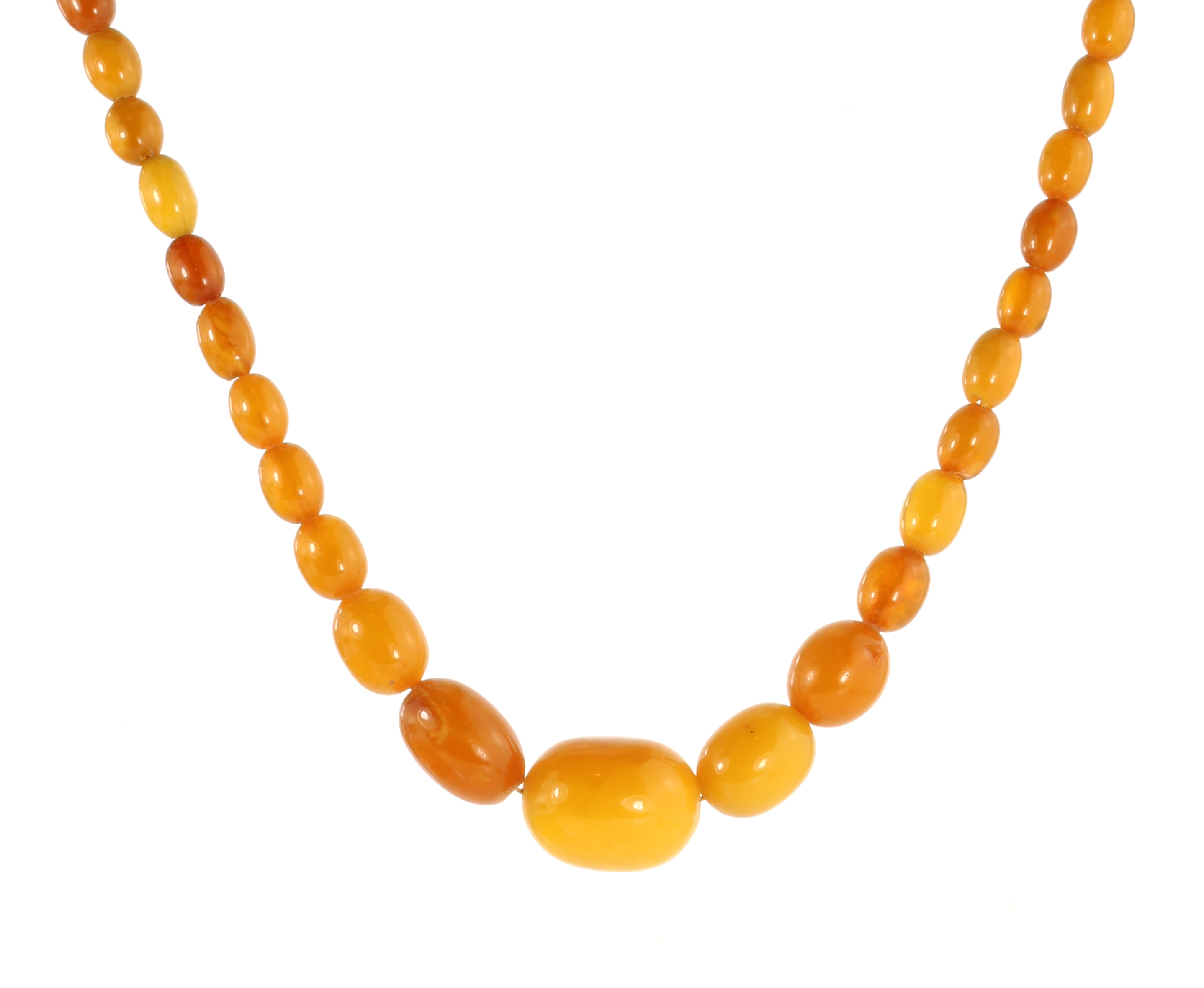 Los 6 - A NATURAL AMBER BEAD NECKLACE comprising a single row of sixty graduated polished oval beads up to