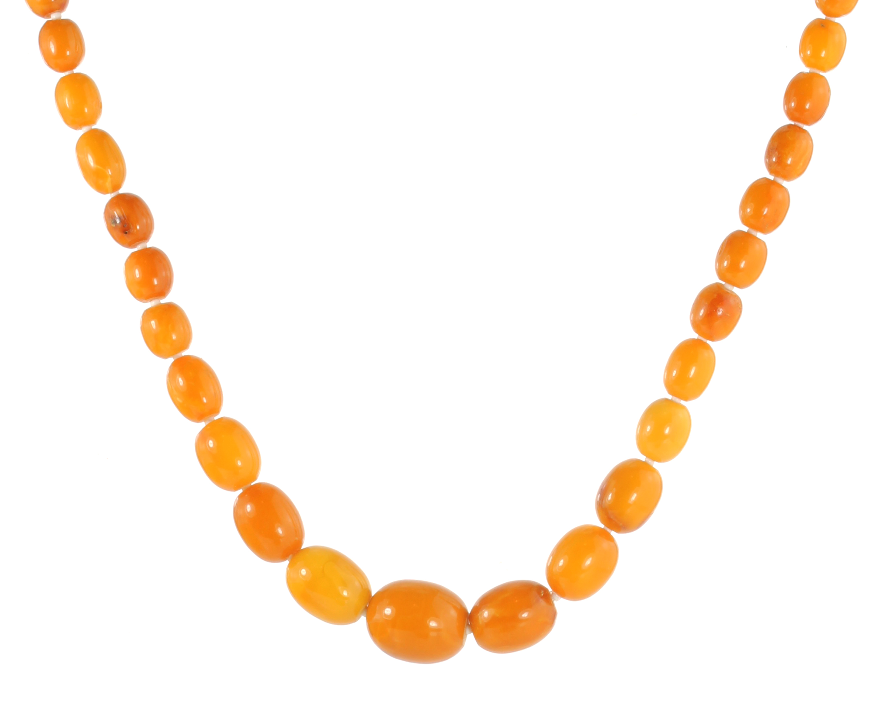 Los 7 - AN NATURAL AMBER BEAD NECKLACE comprising a single row of sixty-eight graduated polished oval