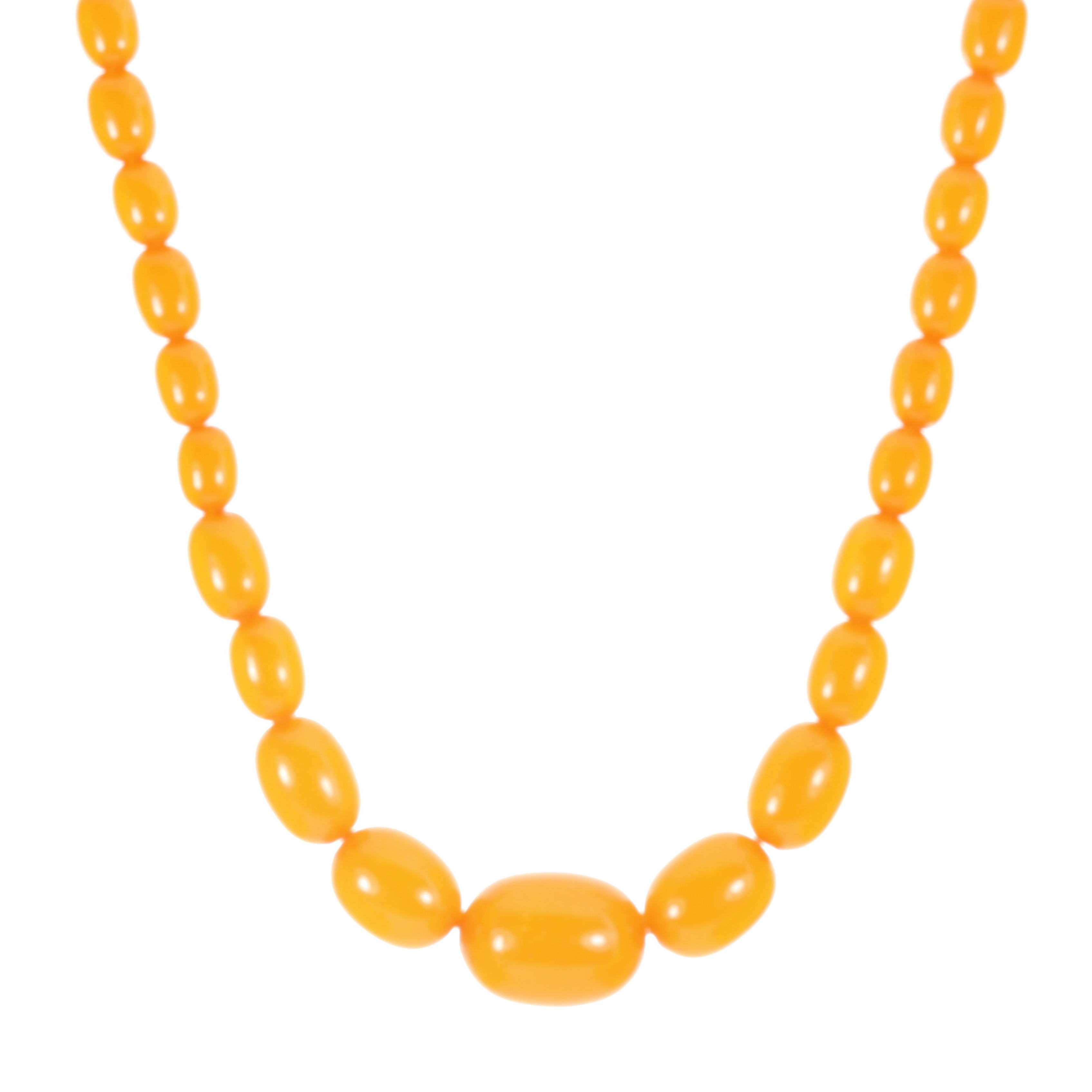 Los 14 - AN AMBER BEAD NECKLACE comprising a single row of forty-three graduated polished oval beads up to