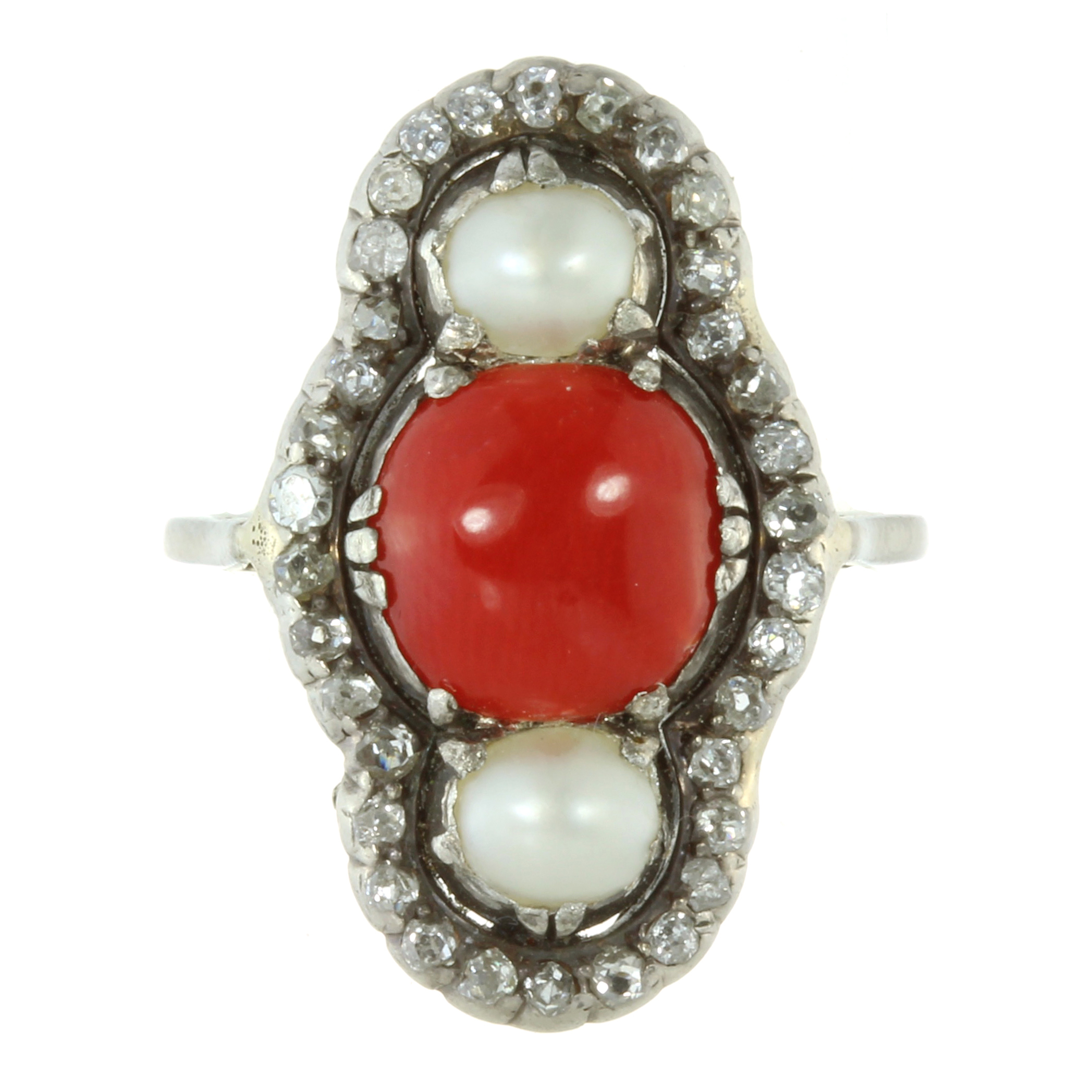 Los 18 - AN ANTIQUE CORAL, NATURAL PEARL AND DIAMOND RING in white gold or platinum, the elongated face set