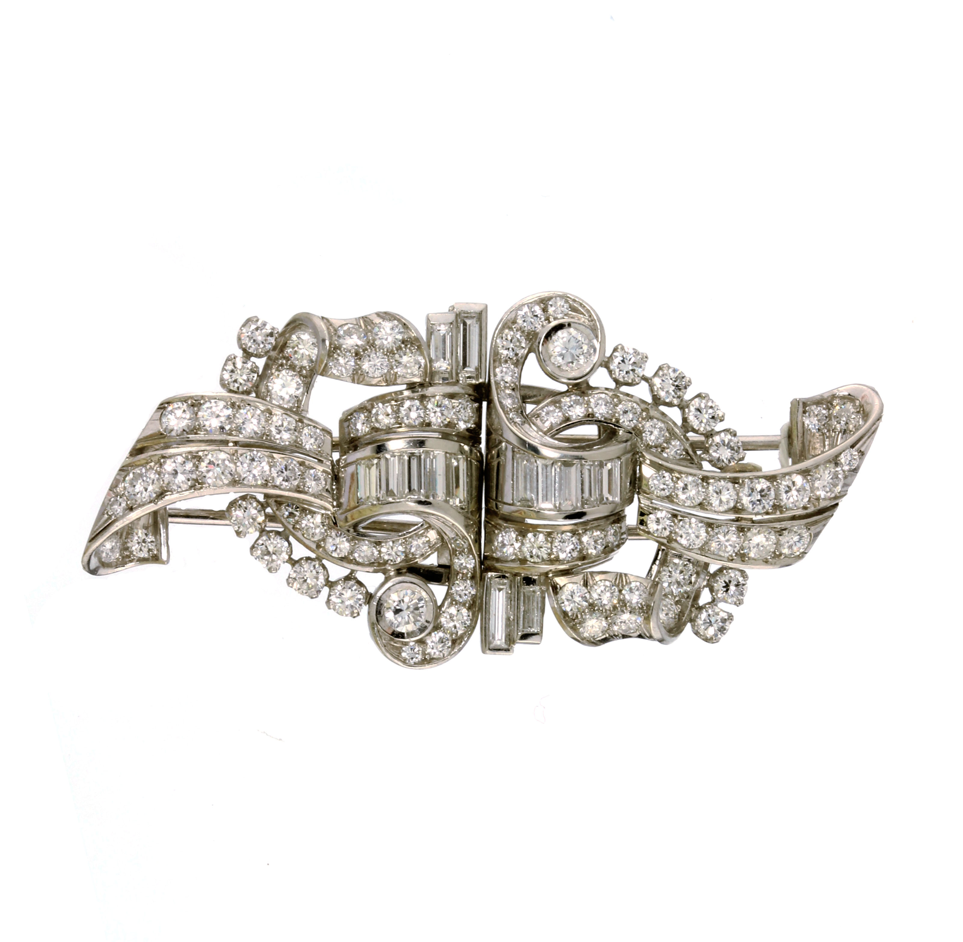 Los 26 - AN ANTIQUE DIAMOND DOUBLE CLIP BROOCH in platinum or white gold, designed as interlocking