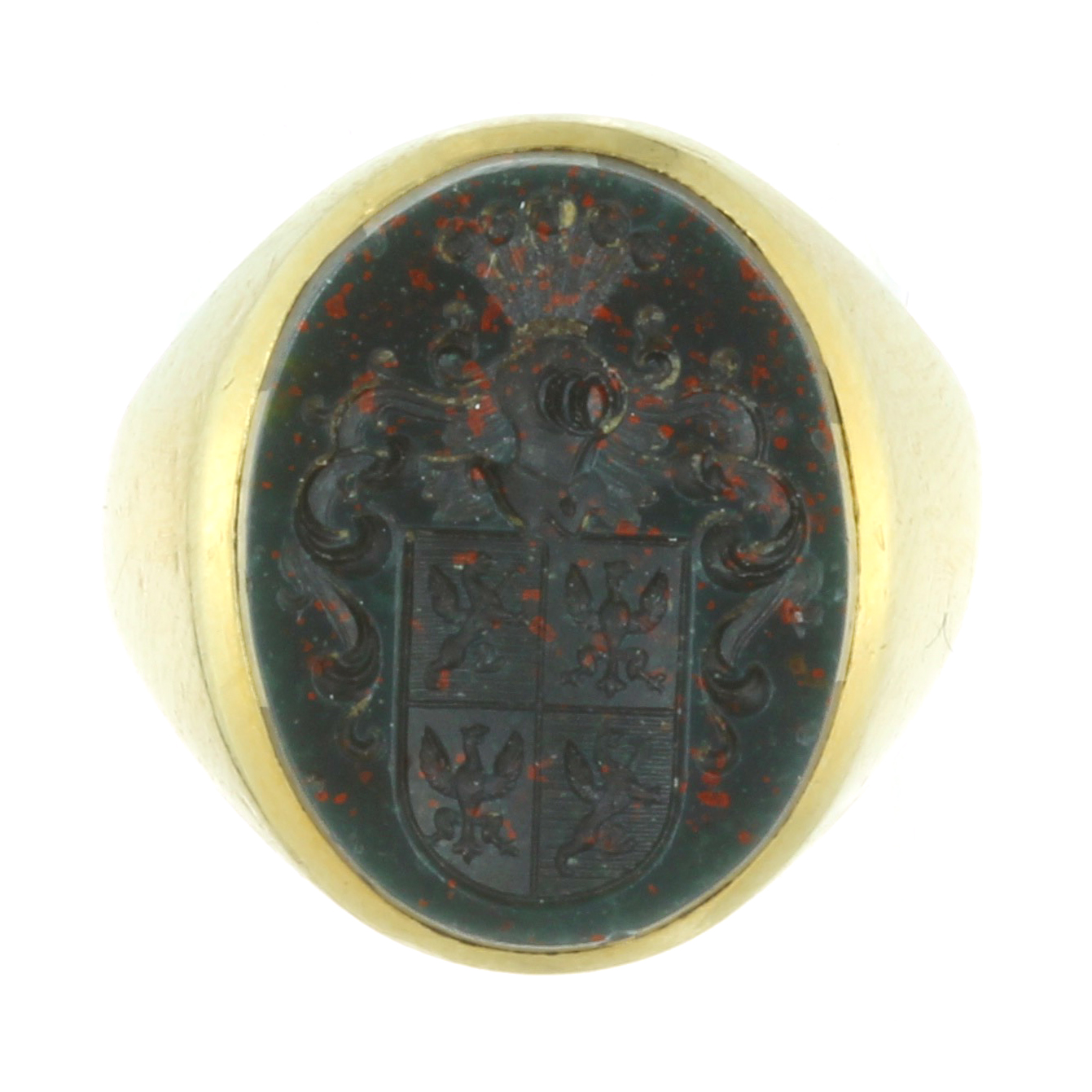 Los 36C - AN ANTIQUE BLOODSTONE INTAGLIO SEAL / SIGNET RING in 18ct yellow gold set with an oval piece of