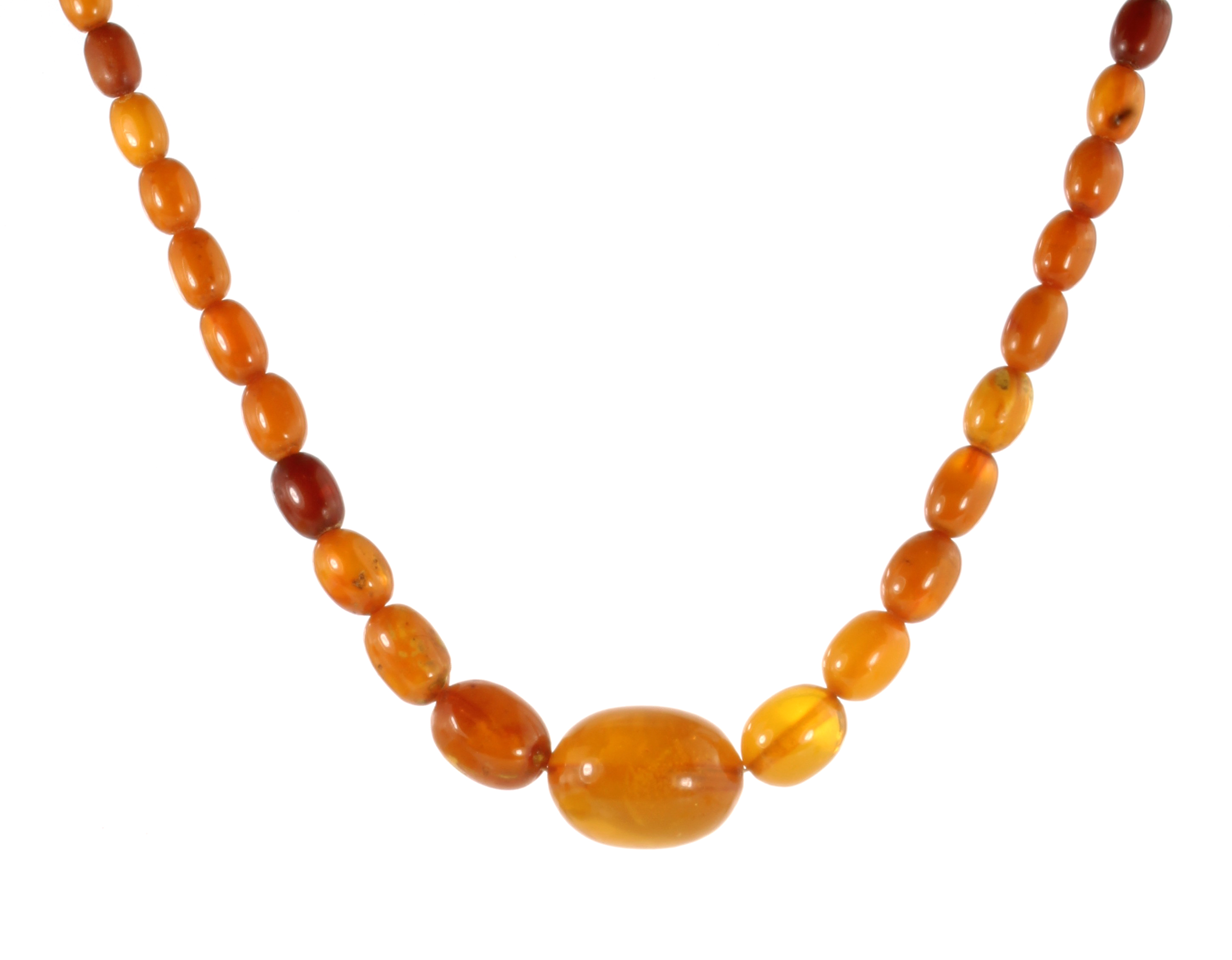 Los 11 - A NATURAL AMBER BEAD NECKLACE comprising a single row of forty-one graduated polished oval beads