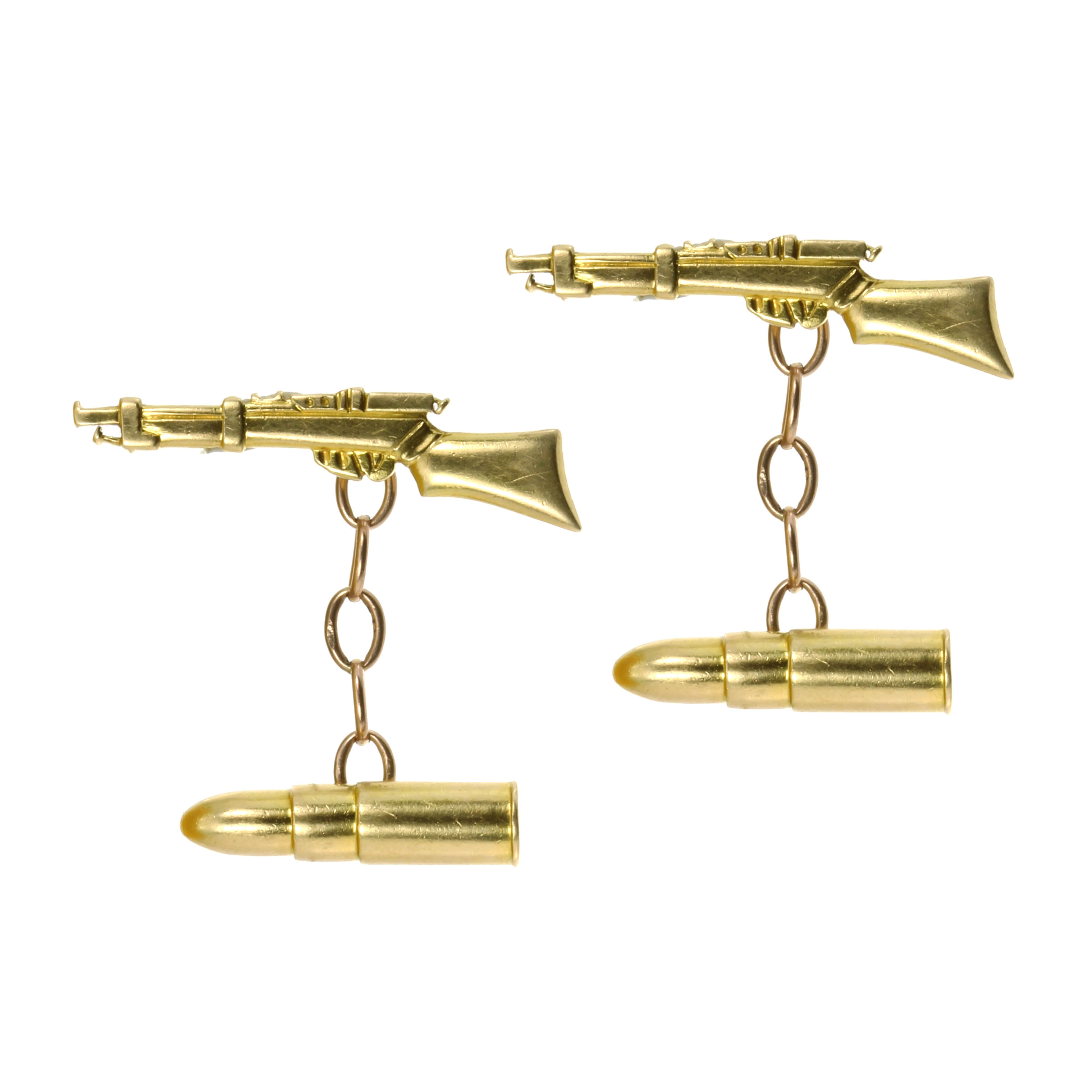 Los 50 - A PAIR OF GUN / PISTOL AND BULLET CUFFLINKS in yellow gold, each comprising two links modeled as a