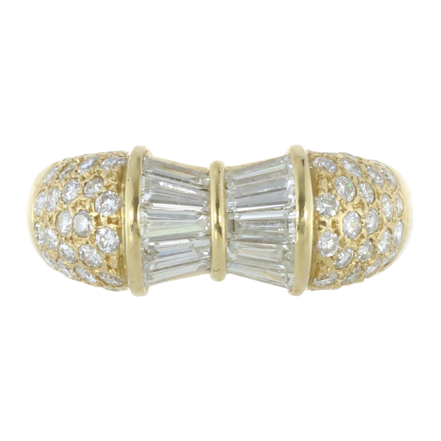 Los 58 - A DIAMOND DRESS RING in 18ct yellow gold, the bow-style central motif jewelled with calibre cut