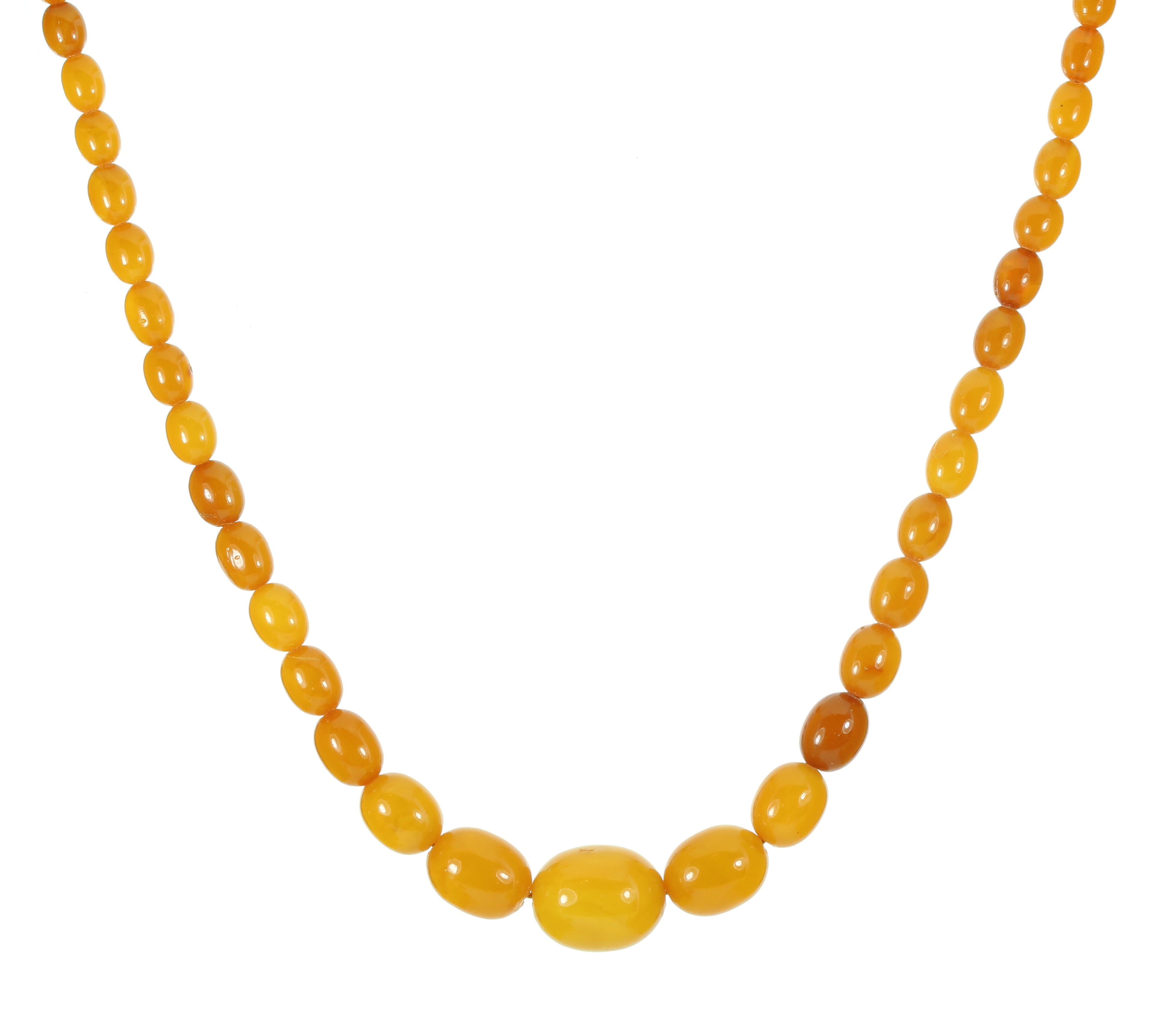 Los 3 - A NATURAL AMBER BEAD NECKLACE comprising a single row of fifty-seven graduated polished oval beads