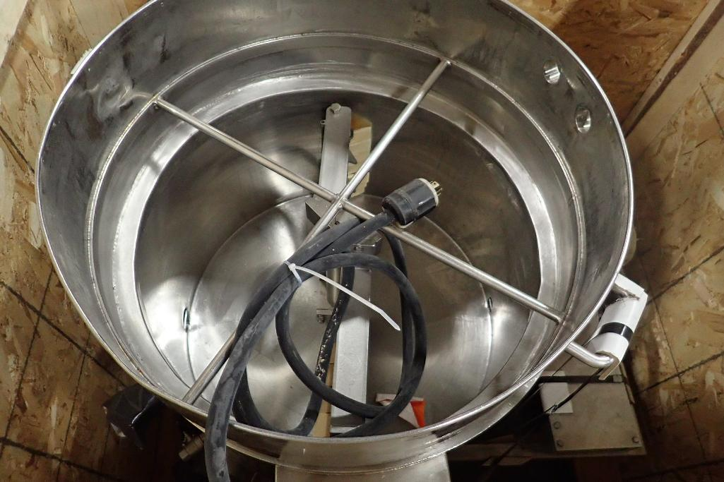 Lot 1004 - SS jacketed chocolate melt tank, side scrape agitator, 29 in. dia x 24 in. tall, pd pump, motor, on