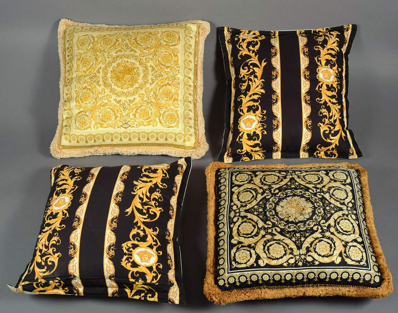 vier versace kissen aus der versace home collection je quadratische form stoffbezug mit verschi. Black Bedroom Furniture Sets. Home Design Ideas