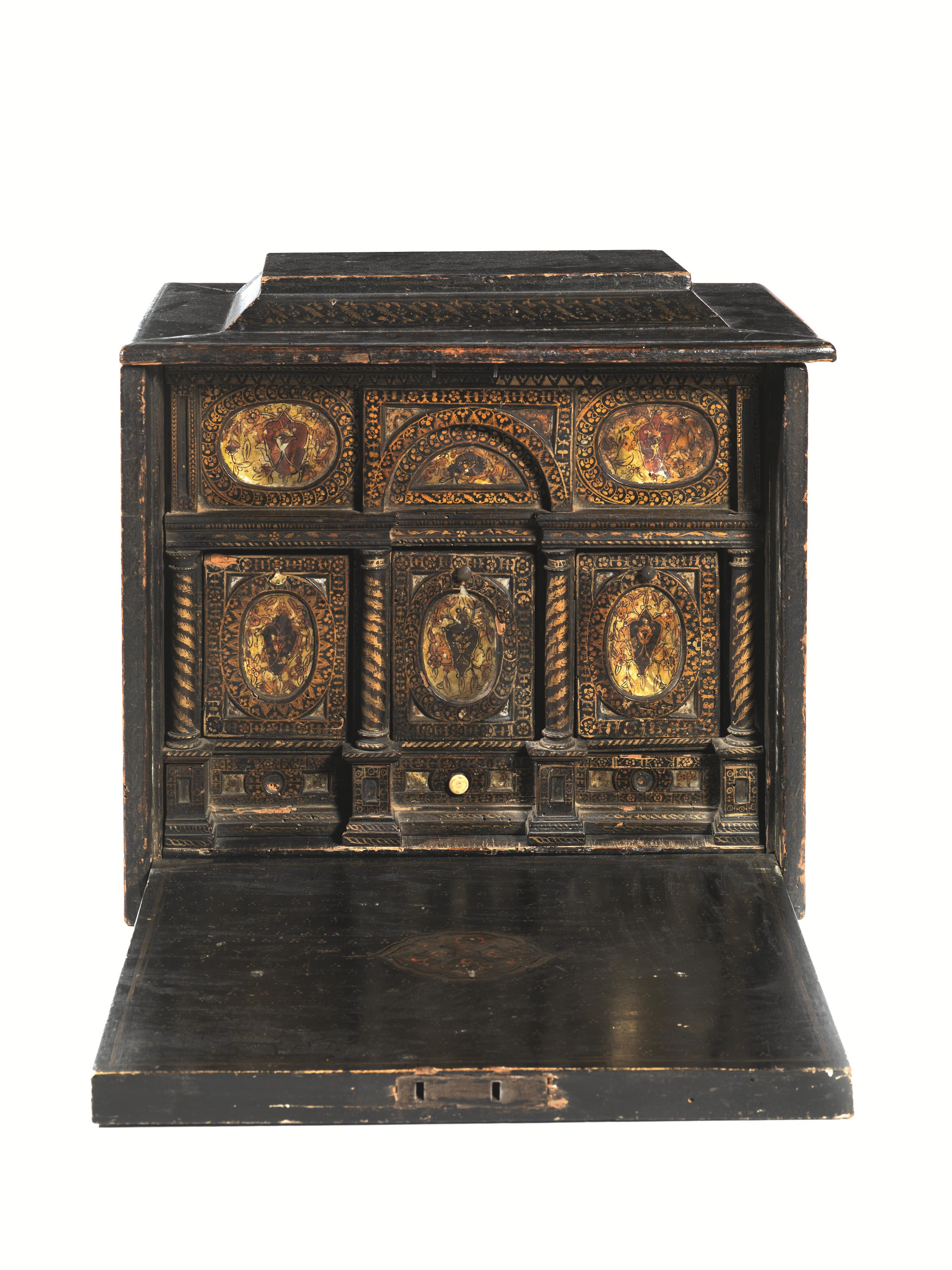 Lot 44 - PICCOLO MONETIERE, VENEZIA, SECOLO XVI in legno ebanizzato, intagliato e lumeggiato in oro; parte