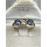 HIGH QUALITY GOLD RING SET WITH 2 SAPPHIRES OF GOOD COLOUR FLANKING 0.50ct DIAMOND - SIZE L