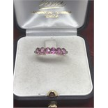 A PRETTY 9ct GOLD 6 STONE PINK SAPPHIRE RING - SIZE P