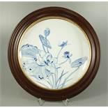 """Porzellanteller mit Blaumalerei """"Lotusblumen und Insekten"""", gerahmt, wohl Mitte 20.Jh., Teller-D."""