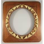 eckiger Rahmen mit rundem Ausschnitt, um 1930, Holz, aufgelegter, runder Akanthusblatt-Goldstuck,