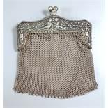 Portemonnaie mit Netzgeflecht, 800er Silber, Anf. 20.Jh., Bügel mit Puttenrelief und Früchten,