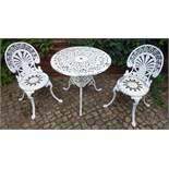 3-tlg. Garten-Sitzgruppe, Spritzguss, 20.Jh., weiß gelackt; runder Tisch mit unterer Ablage, D.72cm,