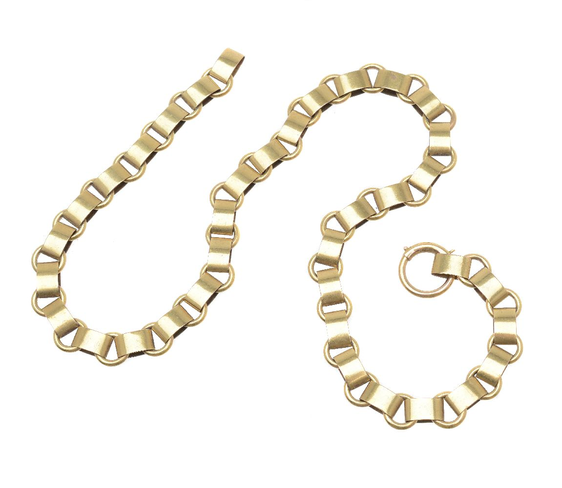 Lot 2 - A Victorian gold coloured necklace