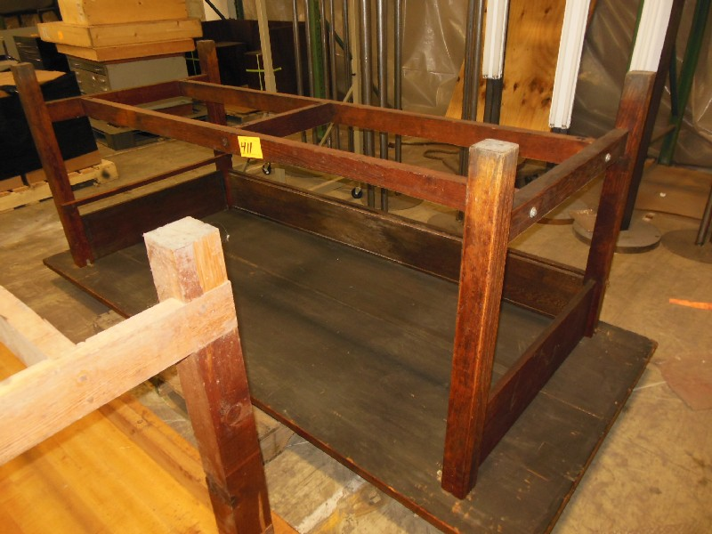 Lot 411 - TABLE