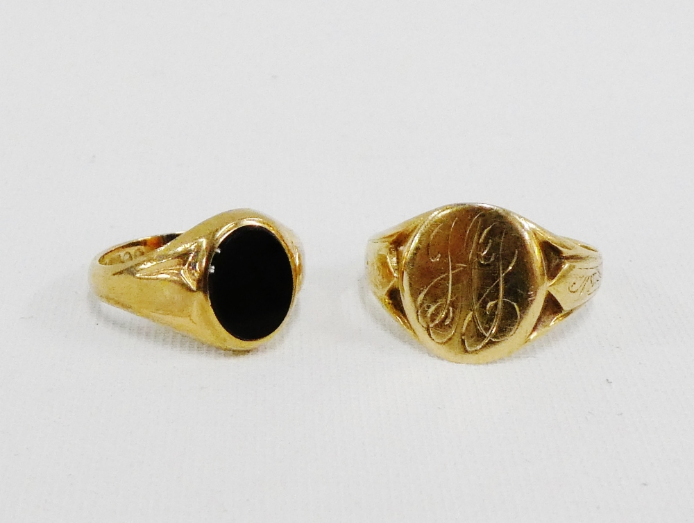 Lot 42 - Gents 9 carat gold signet ring and a 9 carat gold and black oval hardstone ring (2)