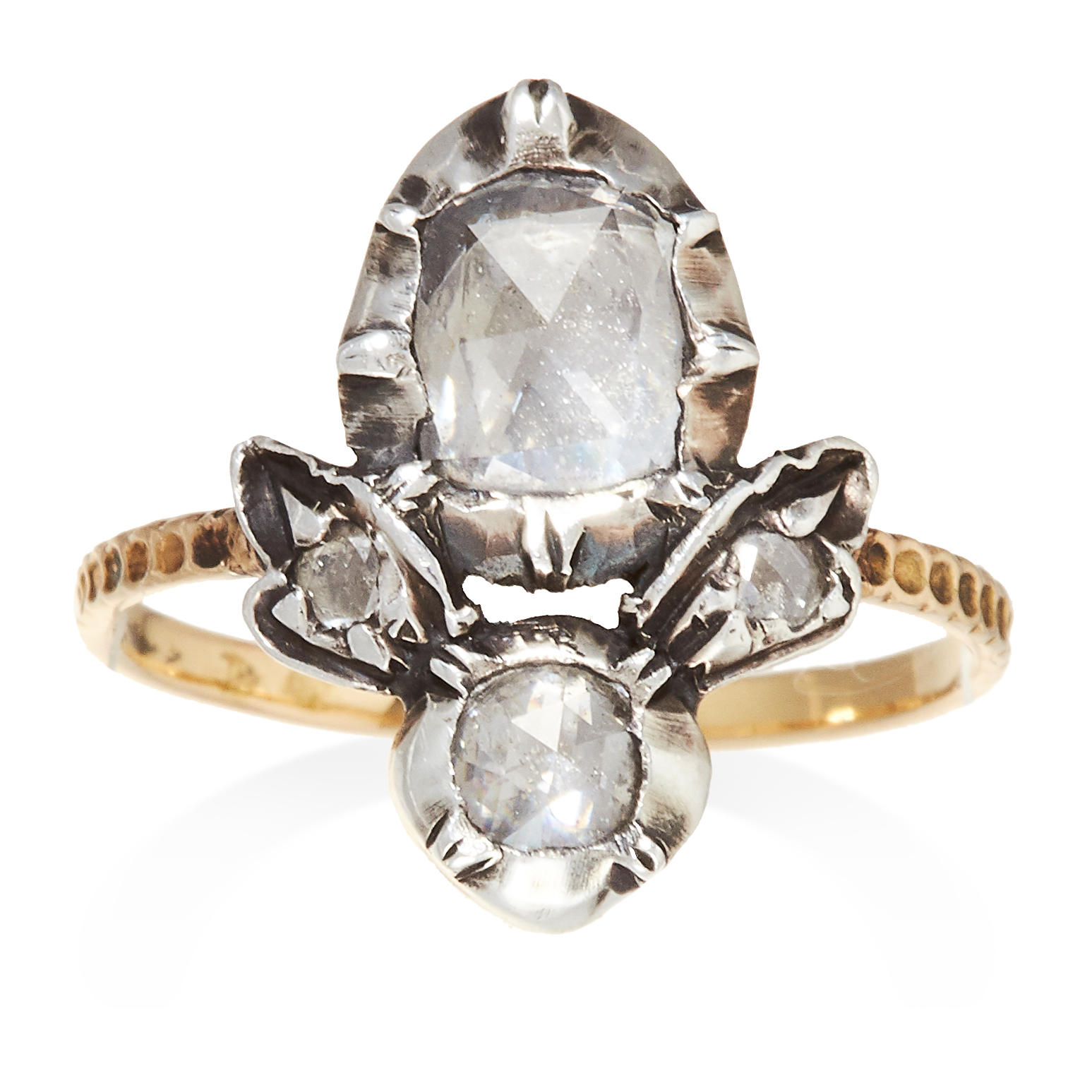 Los 28 - AN ANTIQUE DIAMOND RING, CIRCA 1800 in yellow gold and silver, set with a rose cut diamond within an