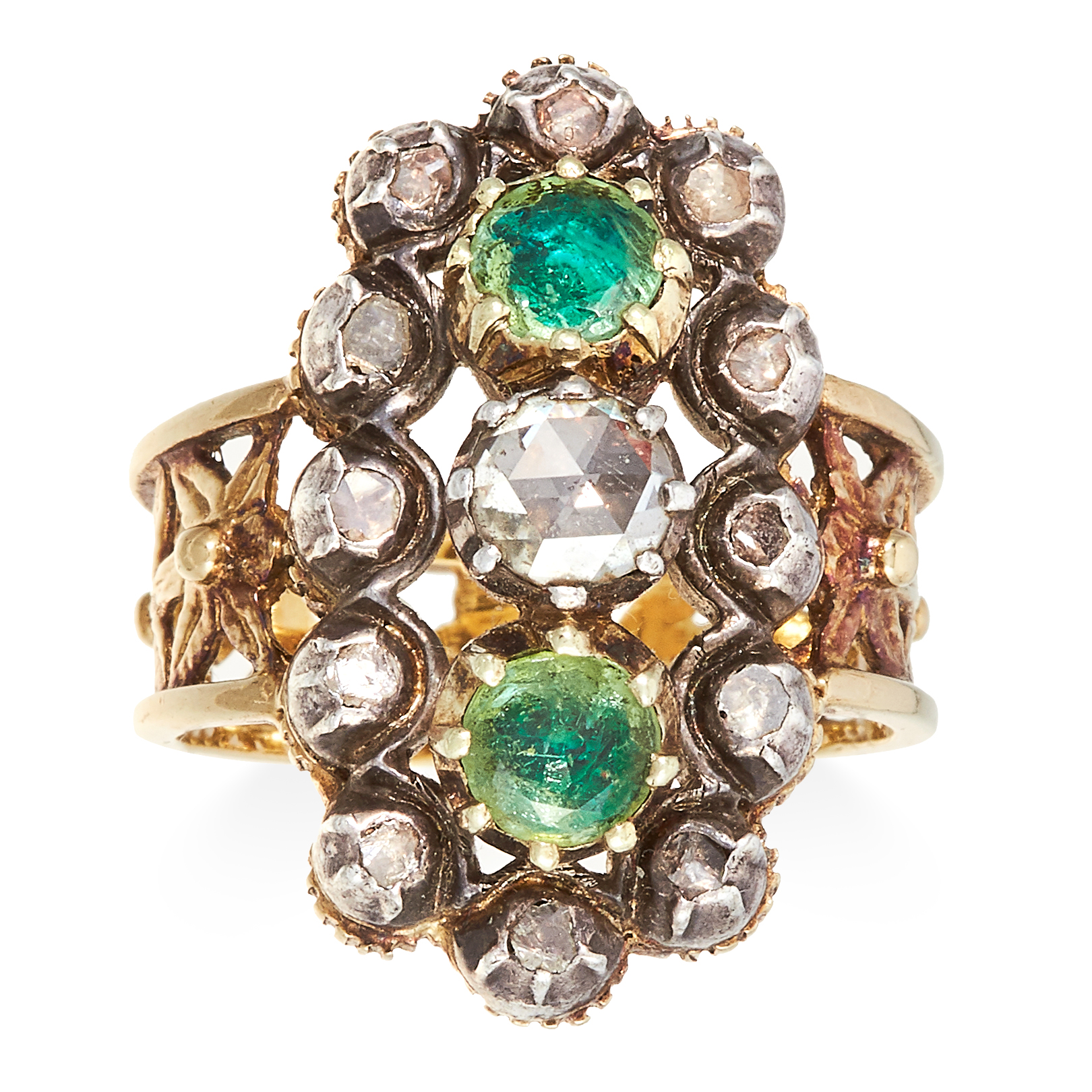 Los 37 - AN ANTIQUE EMERALD AND DIAMOND RING in high carat yellow gold, jewelled with two round cut