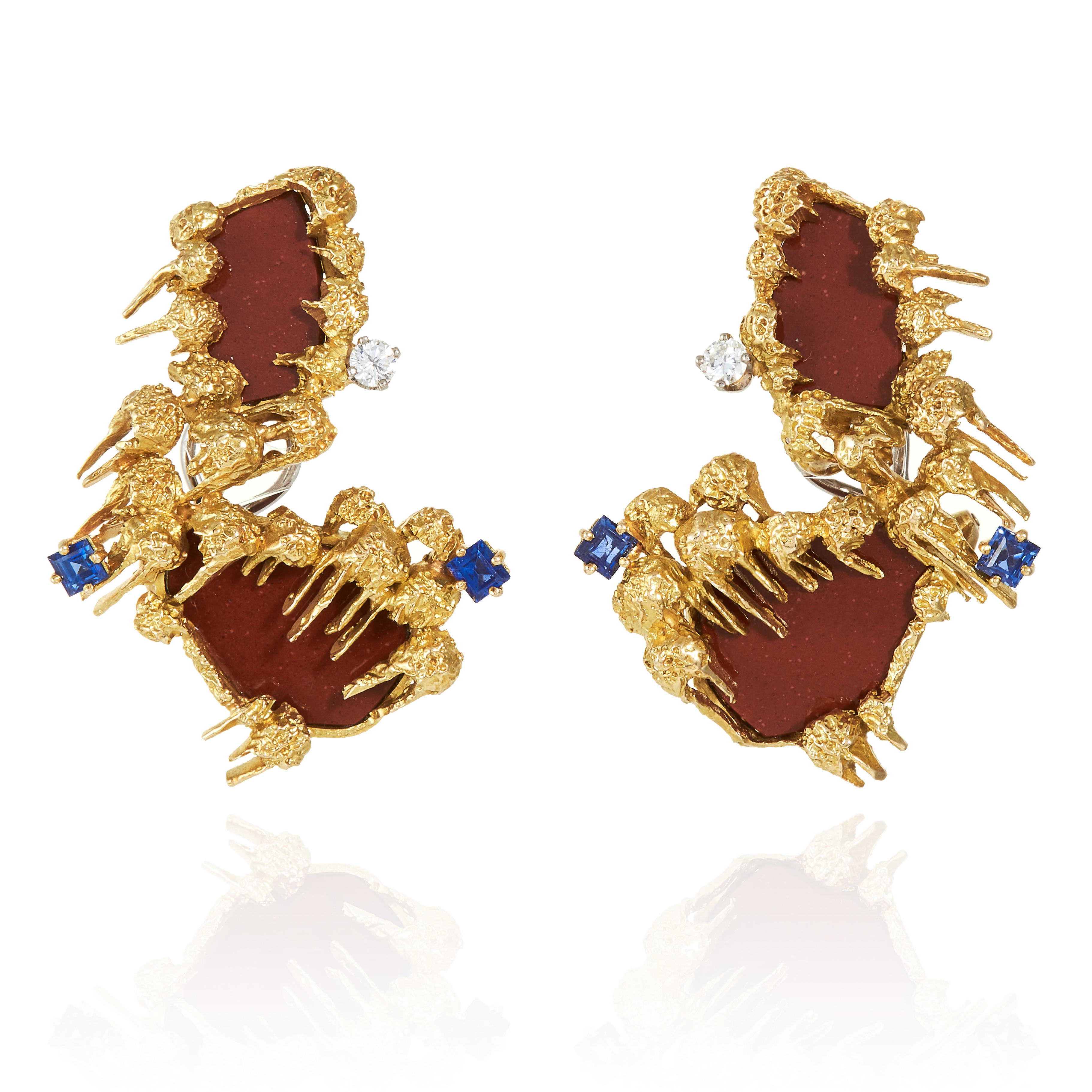 Los 58 - A PAIR OF SAPPHIRE, DIAMOND AND AGATE EARRINGS, GUBELIN, CIRCA 1970 in 18ct yellow gold, designed in