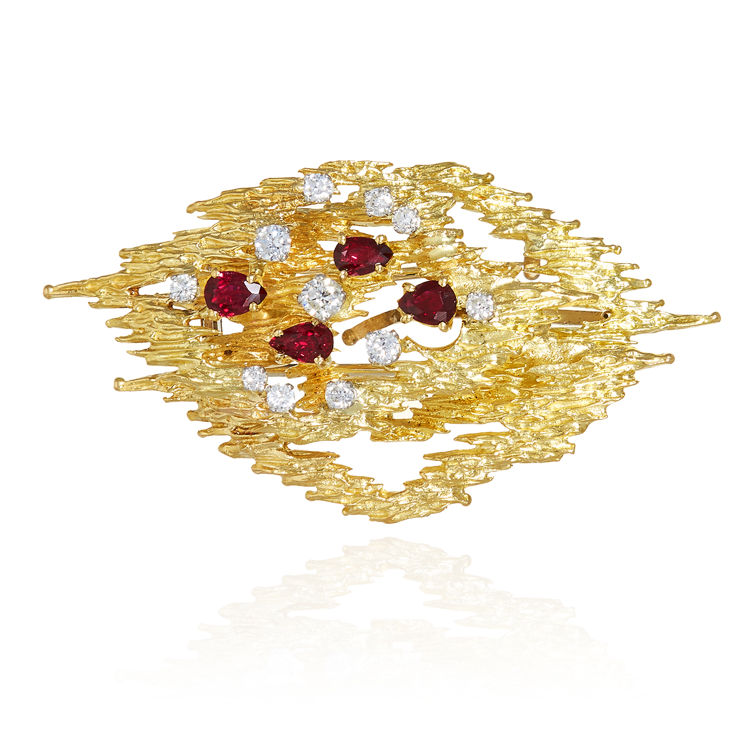 Los 57 - A RUBY AND DIAMOND BROOCH / PENDANT, CIRCA 1976 in 18ct yellow gold, in abstract design, jewelled