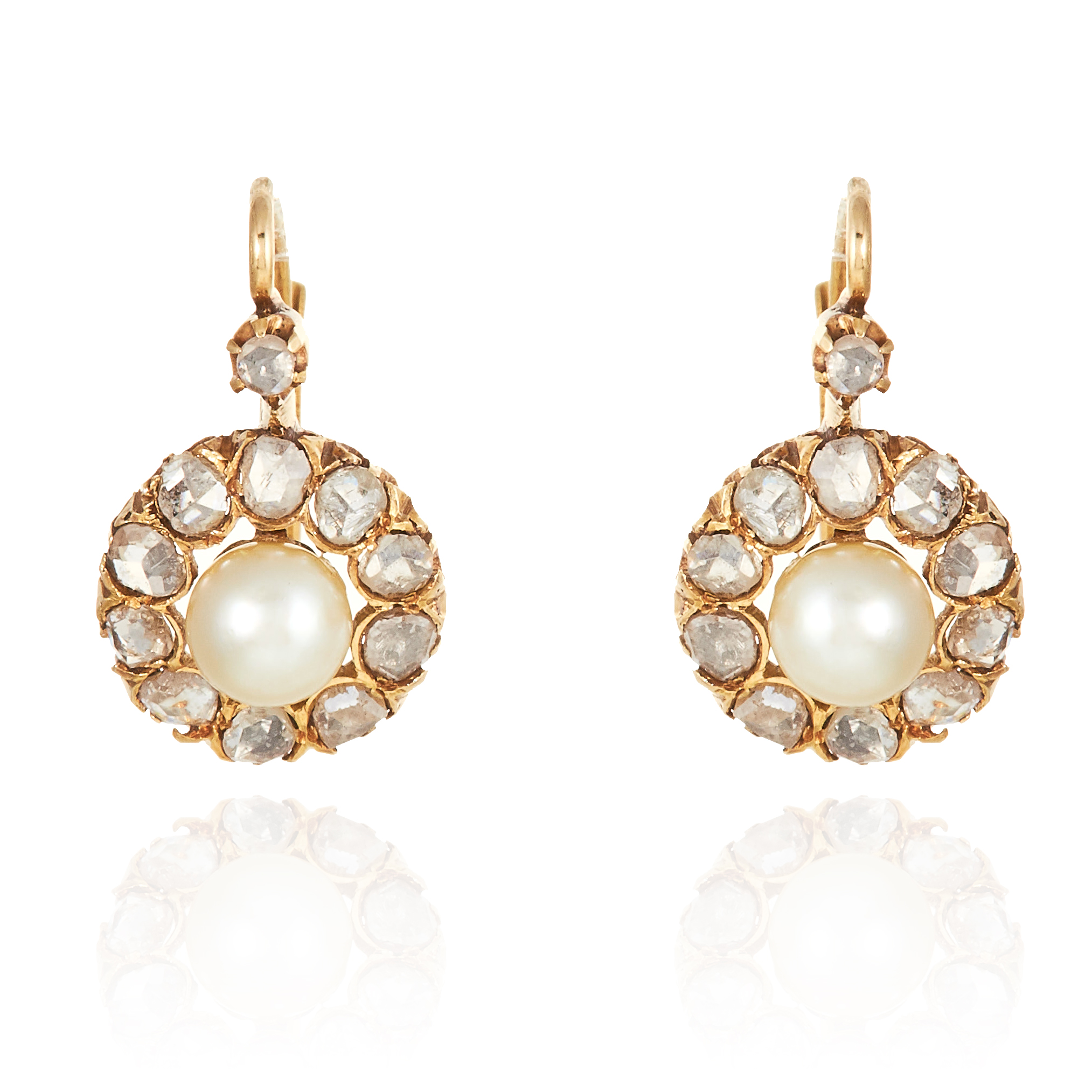 Los 49 - A PAIR OF ANTIQUE PEARL AND DIAMOND CLUSTER EARRINGS in yellow gold, set with a central pearl of