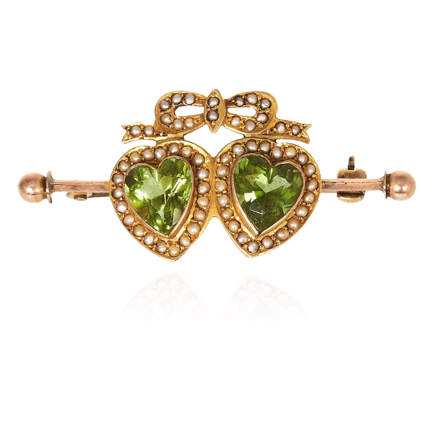 Los 38 - AN ANTIQUE PEARL AND PERIDOT SWEETHEART BROOCH in yellow gold, with ribbon and bow motif jewelled