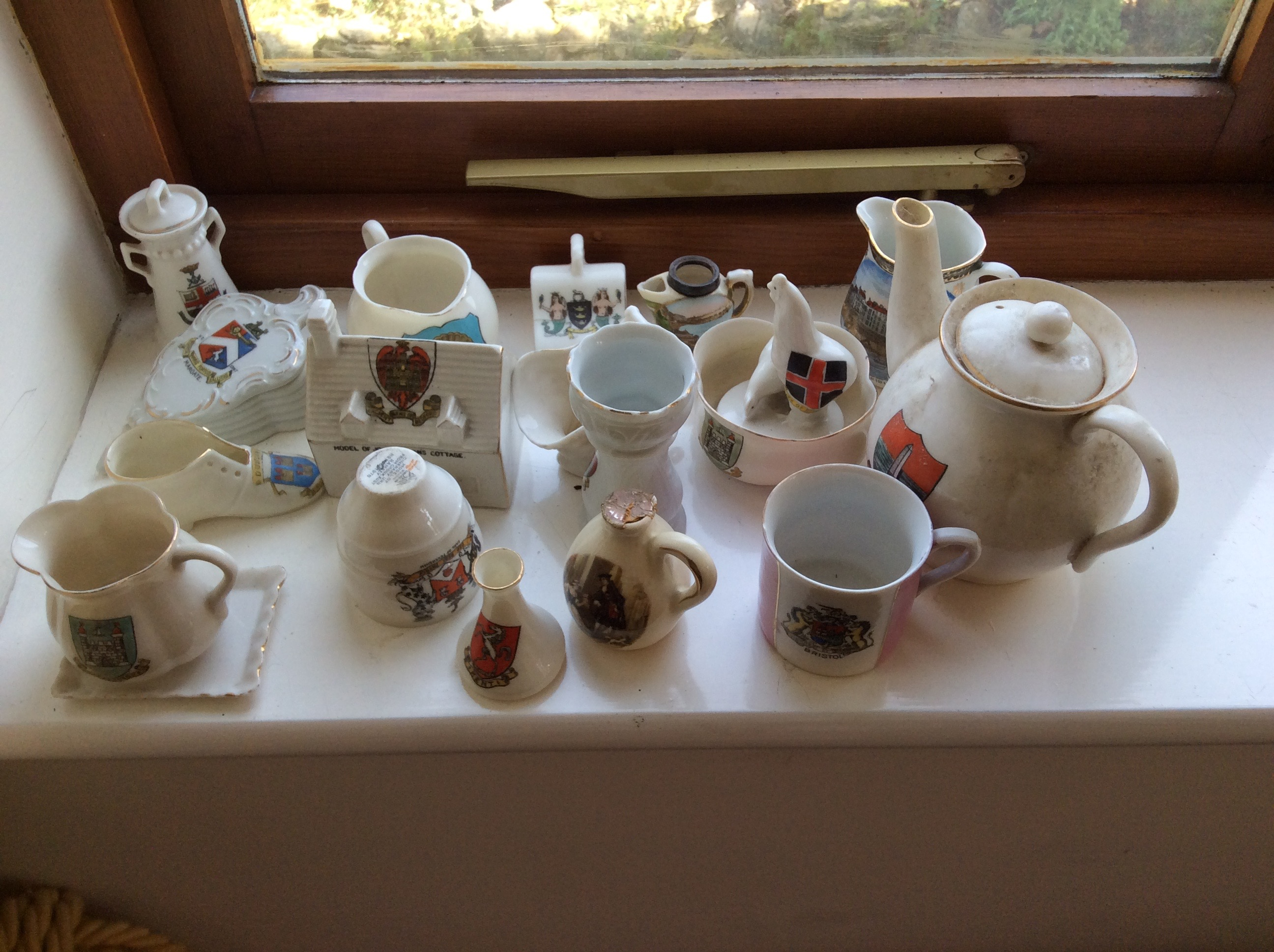 Lot 52 - A quantity of crested ware