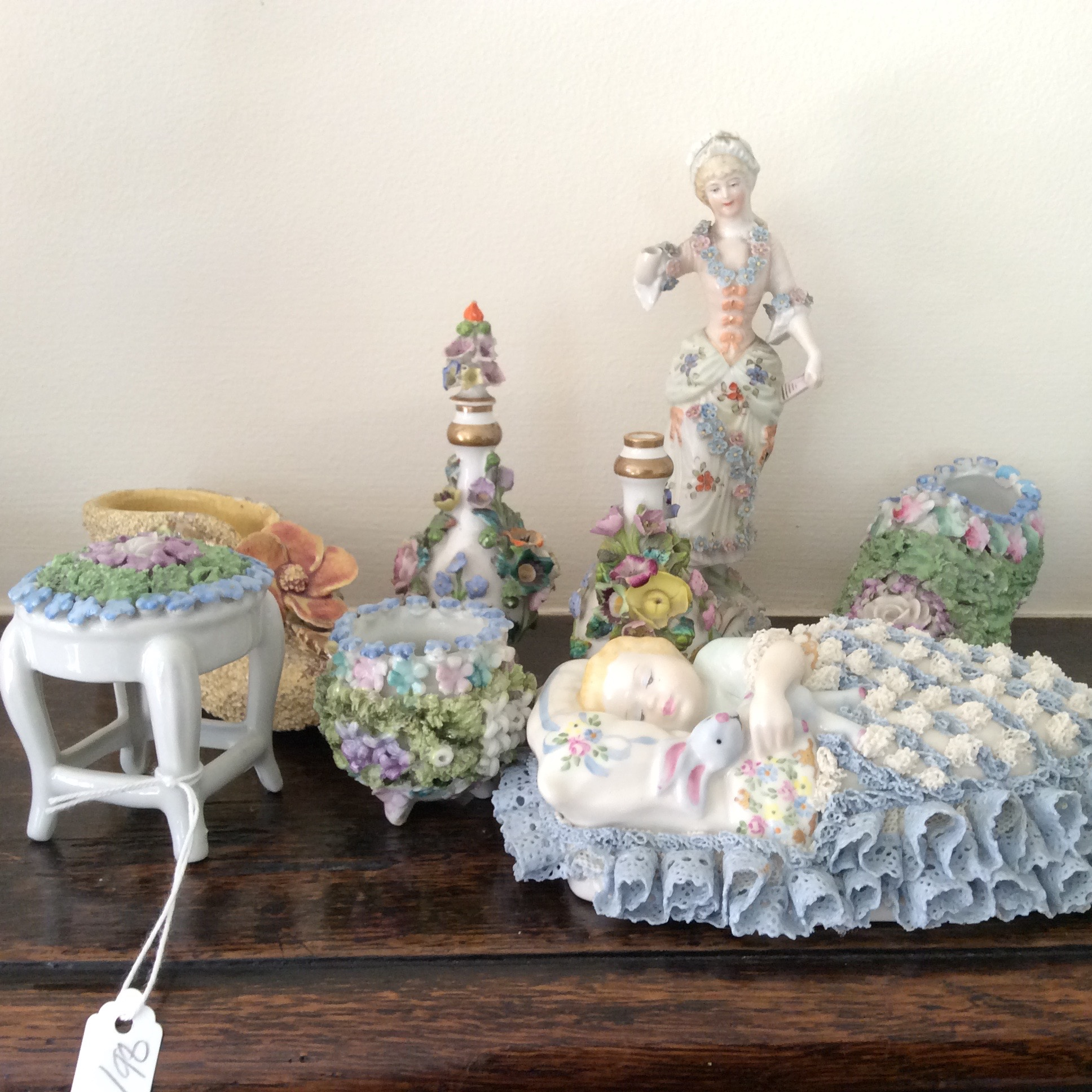 Lot 53 - A selection of mainly continental porcelain