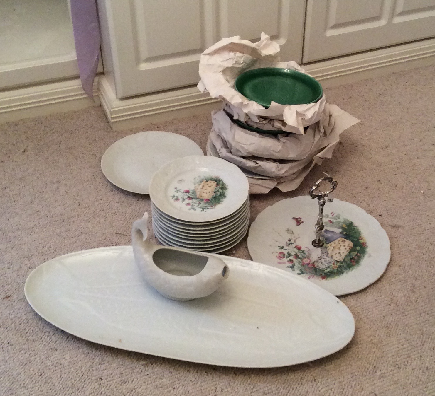 Lot 38 - A porcelain fish service, a cheese service and 6 plates