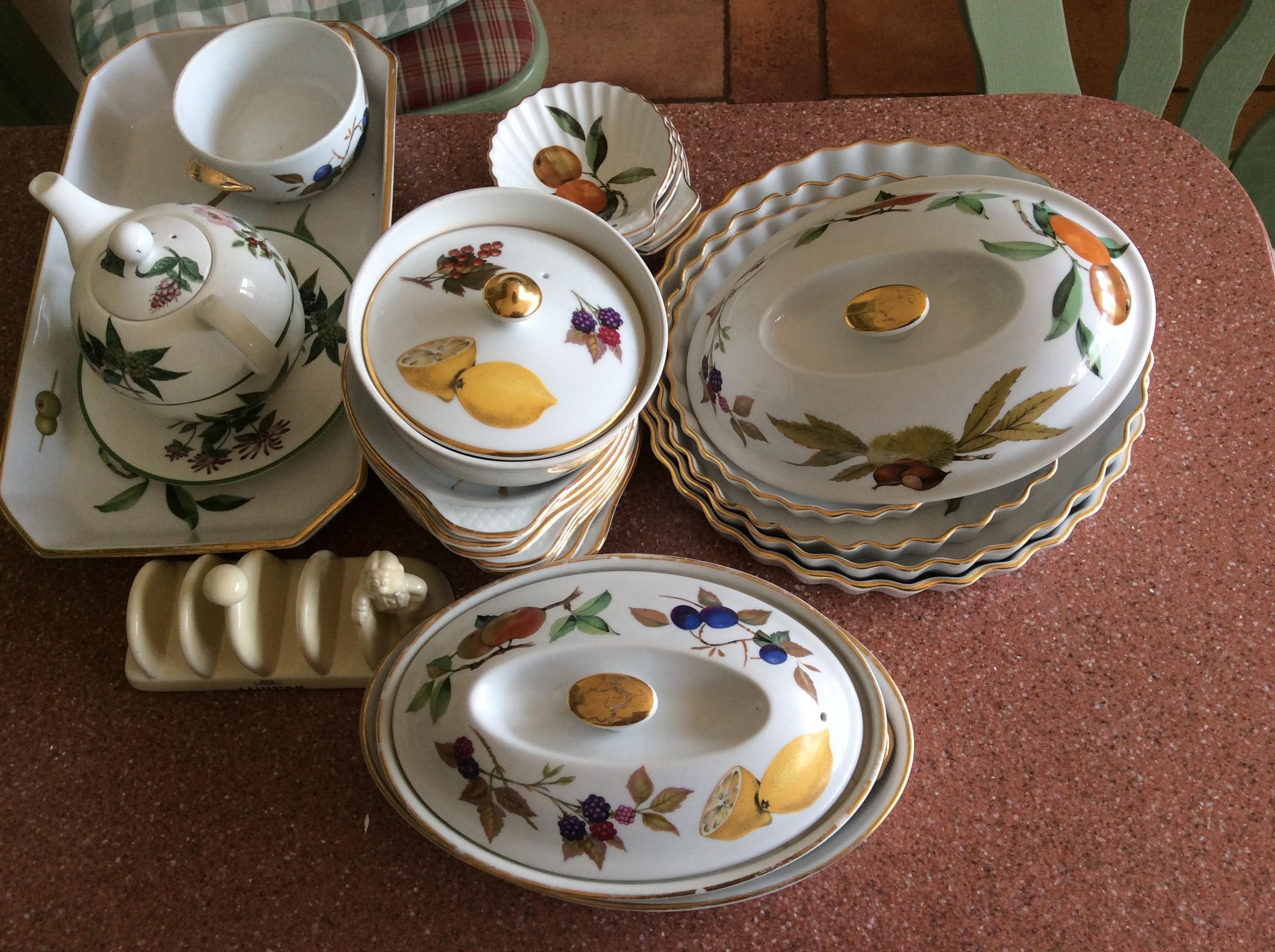 Lot 51 - A selection of ceramics inc. Worcester Evesham pattern etc