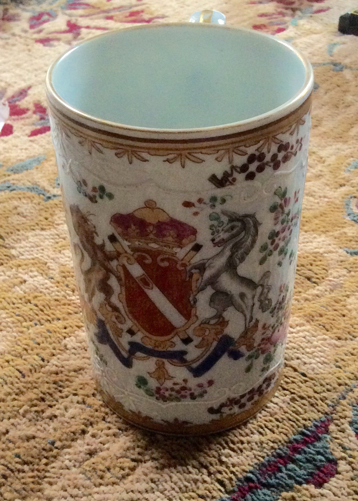 Lot 36 - Samson Armorial porcelain mug in the Chinese manner