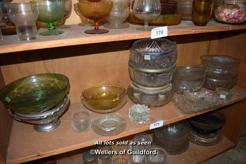 Lot 171 - SMALL SHELF OF MIXED GLASSWARES