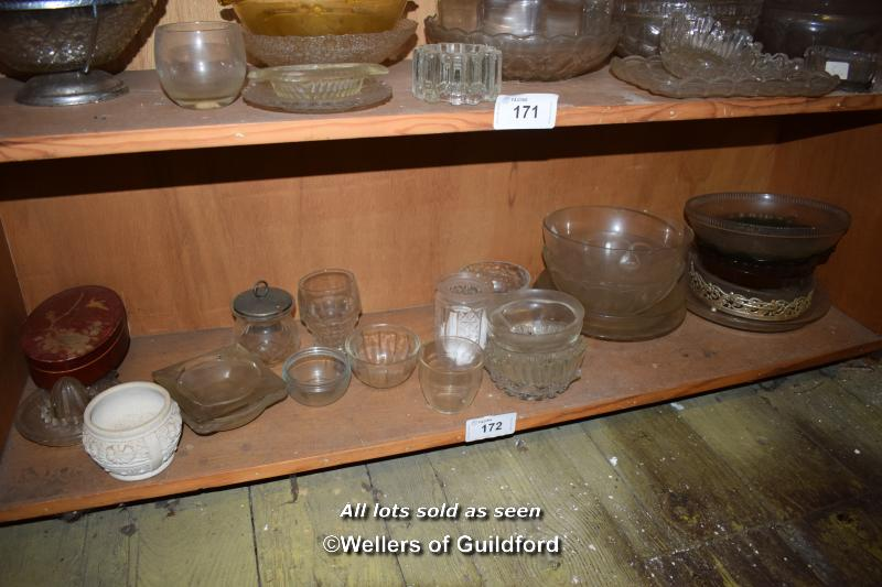 Lot 172 - SMALL SHELF OF MIXED GLASSWARES