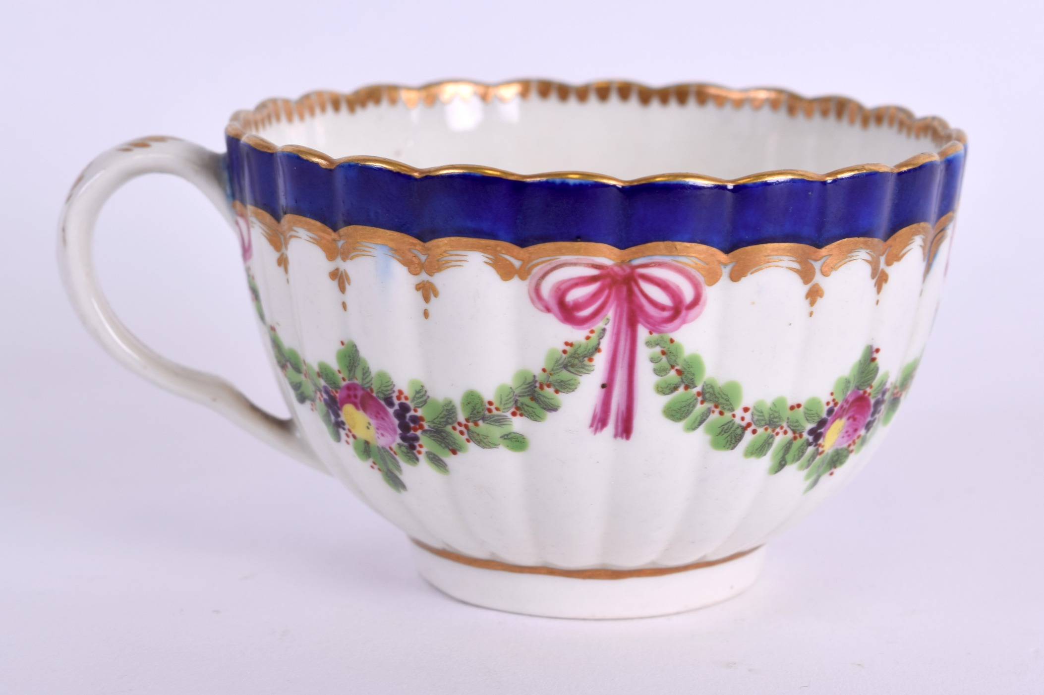 Lot 98 - AN 18TH CENTURY WORCESTER DALHOUSIE RIBBED CUP with unusual internally painted puce urn. 8.5 cm