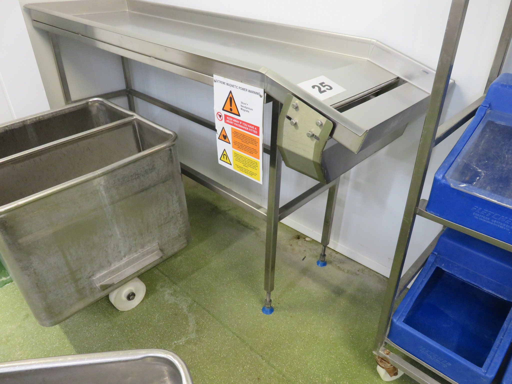 Lot 25 - Magnetic sorting table. LO £30.