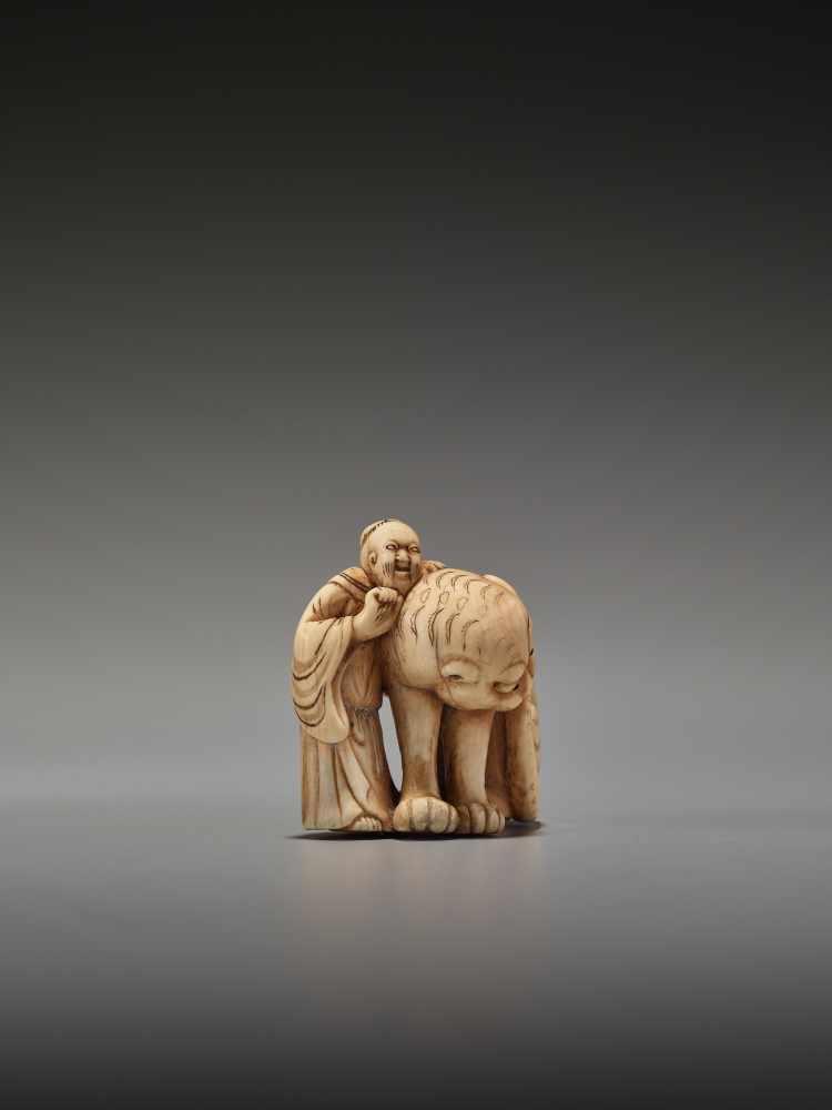 Los 3 - A RARE IVORY NETSUKE DEPICTING SENNIN BUKAN ZENSHIUnsigned, ivory netsukeJapan, 19th century, Edo