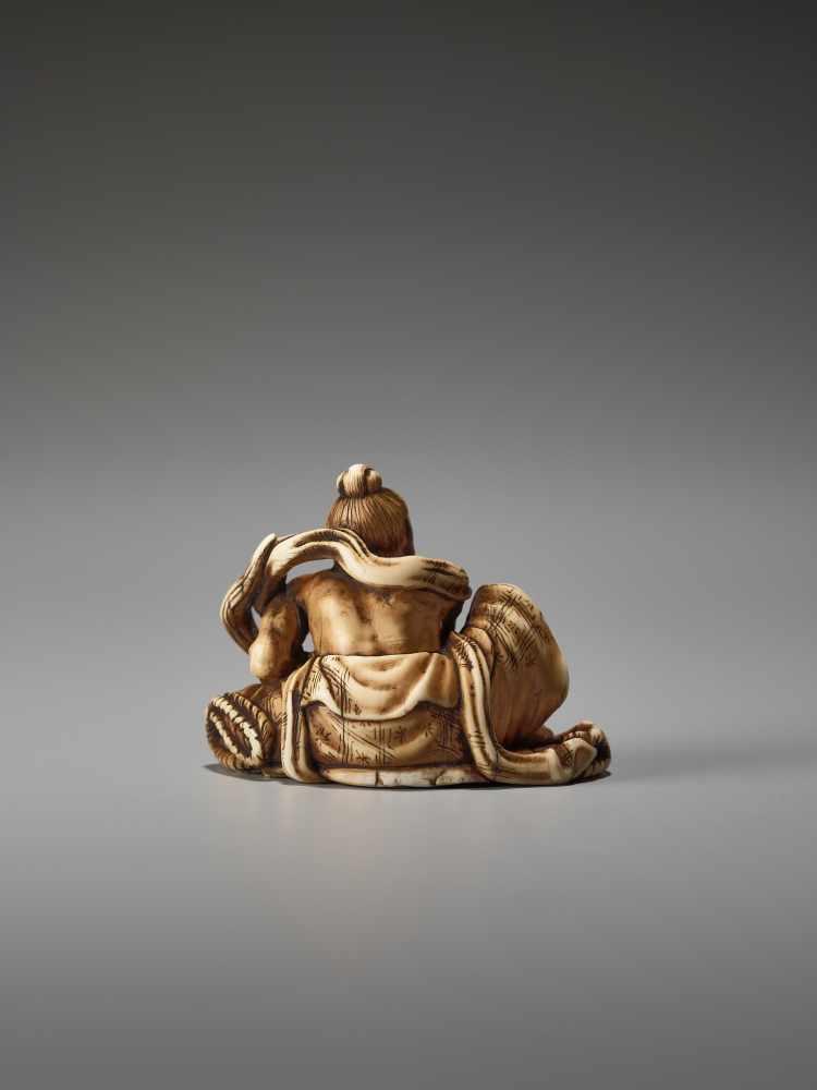 Los 42 - AN IVORY NETSUKE OF A POWERFUL NIO ON A SANDAL BY TOMOMASABy Tomomasa, ivory netsukeJapan, Edo,