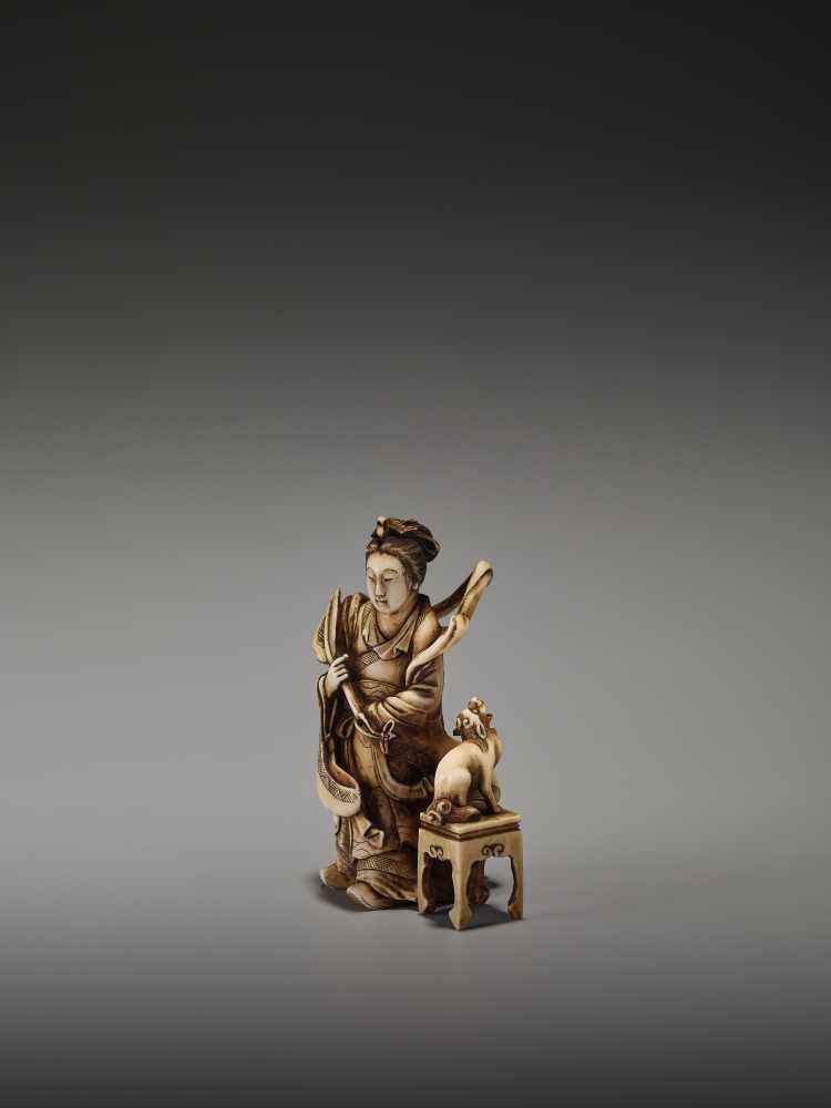 Los 14 - A FINE NETSUKE OKIMONO OF A CHINESE IMMORTAL WITH MYTHICAL DOG BY TEIMINBy Teimin, ivory okimono-