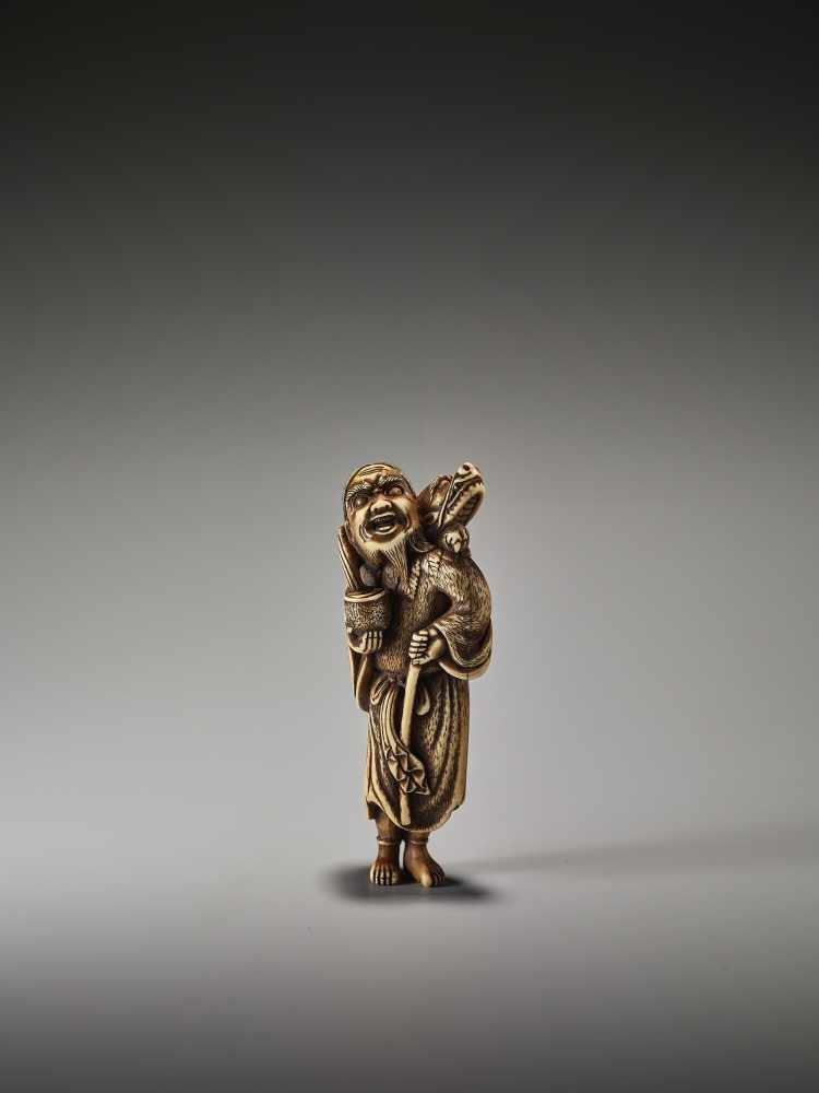 Los 1 - A POWERFUL TALL IVORY NETSUKE OF CHINNAN SENNIN WITH DRAGON AND TAMING STICKUnsigned, ivory